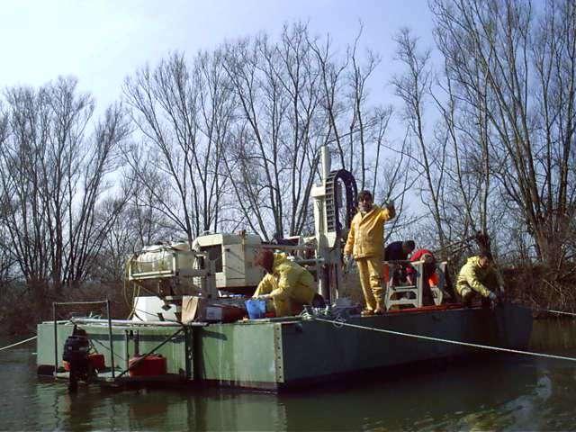 Carsico Srl - campionamento sedimenti fluviali da pontone con sonda Geoprobe