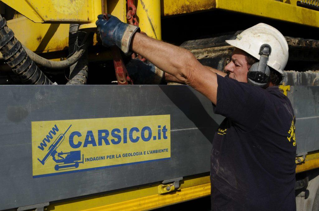 Carsico Srl - Approntamento cantiere con sonda di perforazione cingolata
